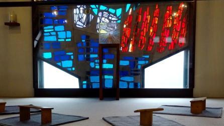 blick_auf_kirchenfenster_mit_tabernakel.250b4cdb